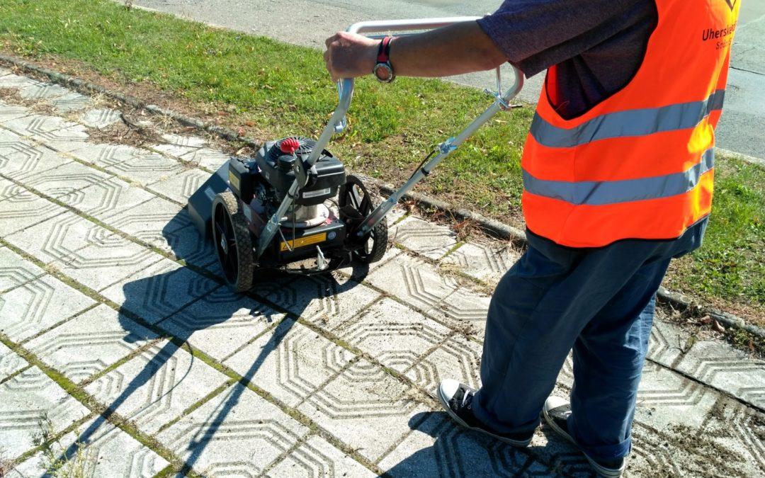 Město Uherské Hradiště má nového pomocníka pro čištění chodníků