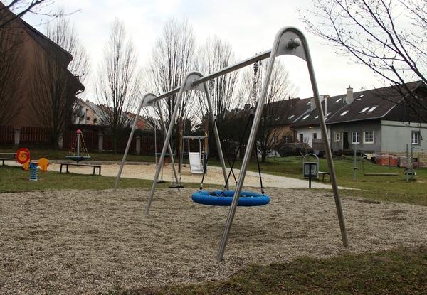 Houpačky, lanová dráha či lezecká stěna – doplňujeme dětská hřiště