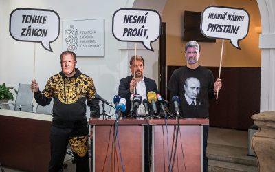 Piráti a Starostové chtějí utnout tajné schůzky lobbistů spolitiky, prezidentem i jeho poradci